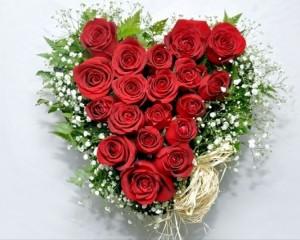 005 - Arranjo com rosas vermelhas forma de coração