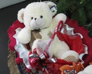 010 - Cesta com urso, flores, chocolate, bebidas, etc