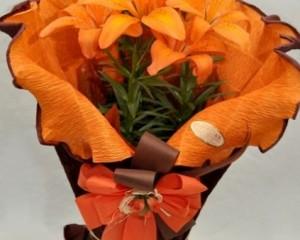062 - Vaso de lírio, com papel crepom , folhas de seda e laço