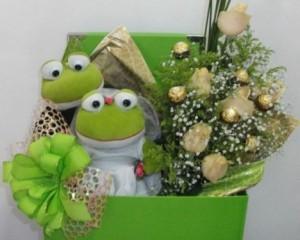 019 - Caixa casal de Sapo, buquê origami com chocolate e rosas naturais