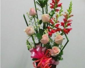 008 - Arranjo com rosas e boca de leão e papiro