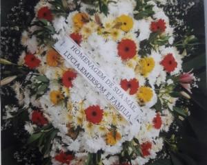 Coroa de flores do campo com gerberas, lírios e astromélias.
