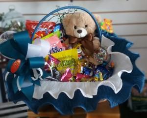 006- cesta decorada com doces,chocolates e urso de pelúcia