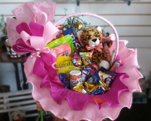 007- cesta rosa decorada com doces,chocolates e urso de pelúcia