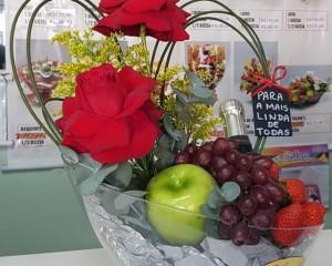 011- Arranjo de rosas, frutas e champanhe