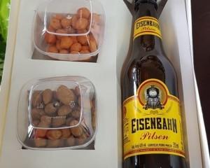 19- Caixa com cerveja e amendoim